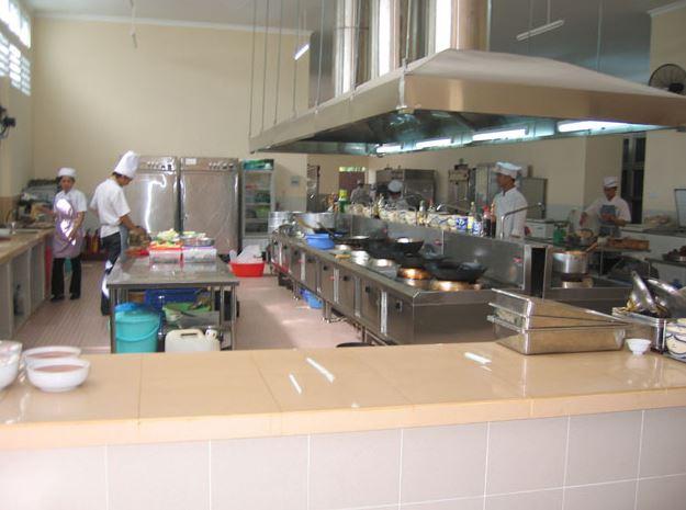 bếp ăn thiết kế theo quy tắc một chiều để chế biến suất ăn công nghiệp